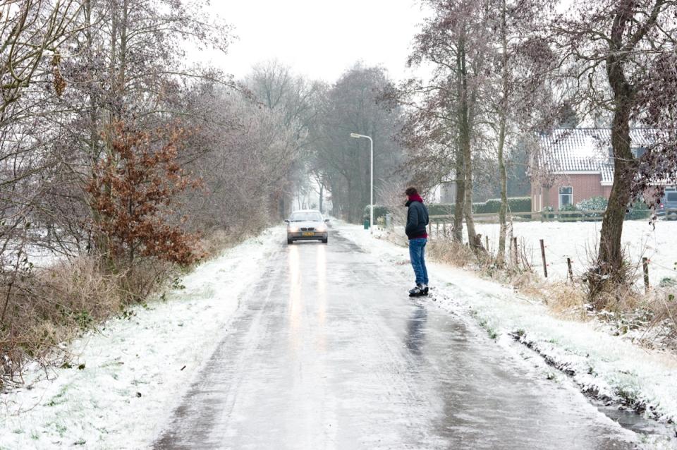 wakanno op het ijs, auto die over de bevroren straten van harkema rijd, ijzel houd heel noord nederland in zijn greep