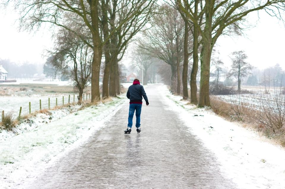 schaatsen op de weg in friesland, iceskating on the roads in fryslan