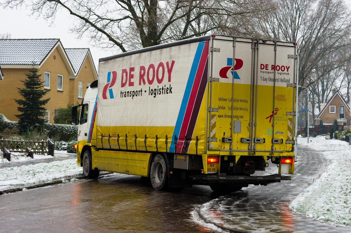 gestrande vrachtwagen door de ijzel overvallen en niet meer te redden. Geel en wit met rode opdruk