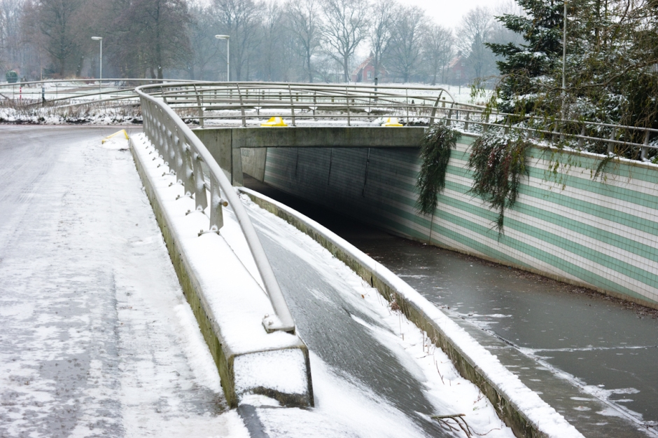malle moune, tunnel naar de bulten, in harkema, spekglad door de ijzel, perfect voor wintersport!