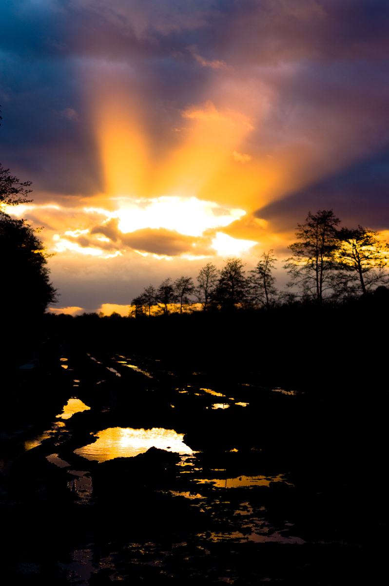 wolk break by Jeffrey Wakanno wakenco fryslan en friesland. De zon breekt net voor zonsondergang door de wolken.