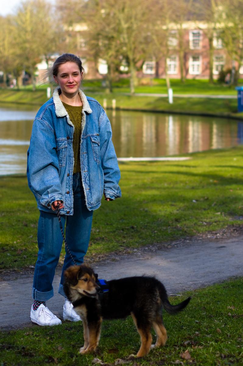 femke met haar hondje laika, straat portret door Jeffrey Wakanno Wakenco