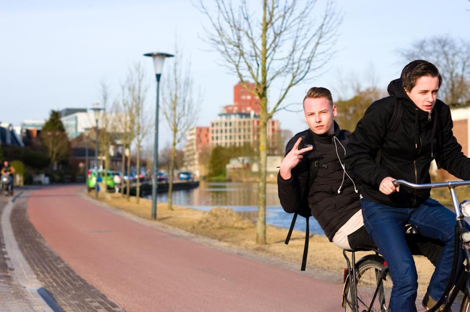 fietsende jongemannen in leeuwarden door jeffrey wakanno wakenco s