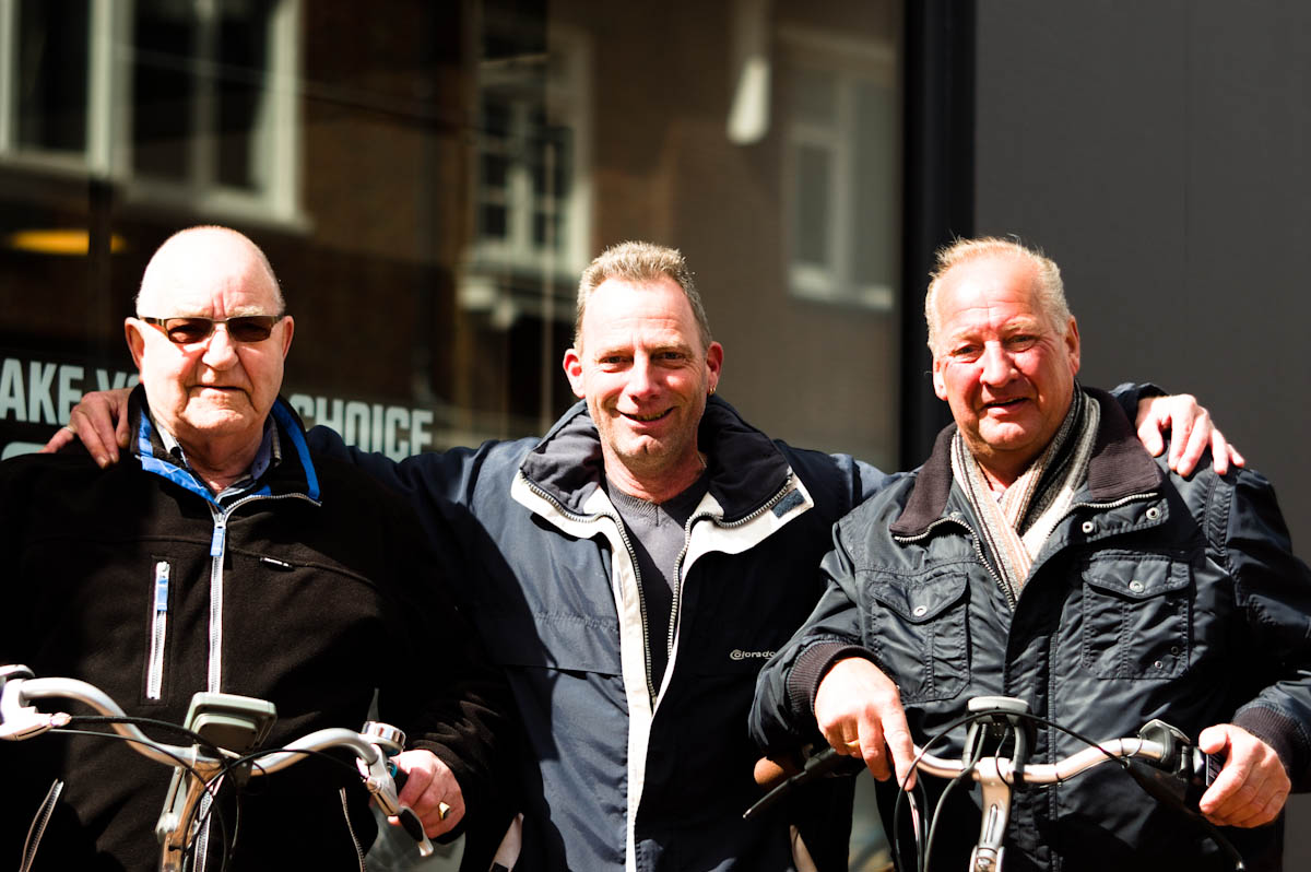 groep van drie ( oudere ) heren op de straten van drachten door jeffrey wakanno