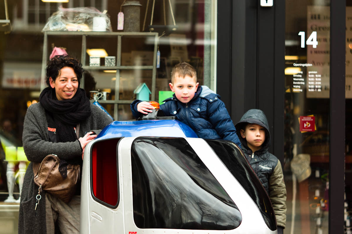 groep van drie, moeder met twee kinderen op de straten van drachten door jeffrey wakanno