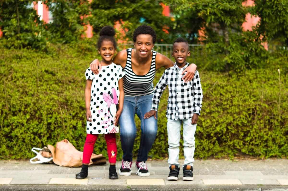moeder met haar twee kinderen door jeffrey wakanno