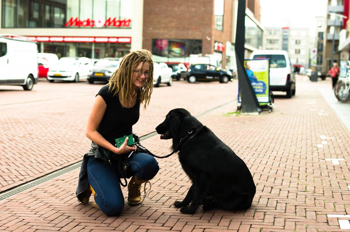 vrouw met hond, ze heeft modellen werk gedaan