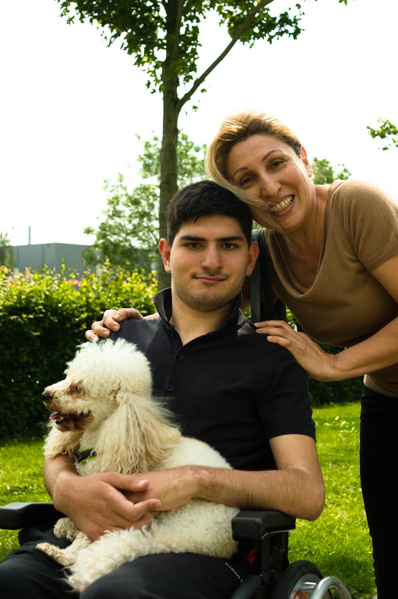 vrouw met jongeman in een rolstoel