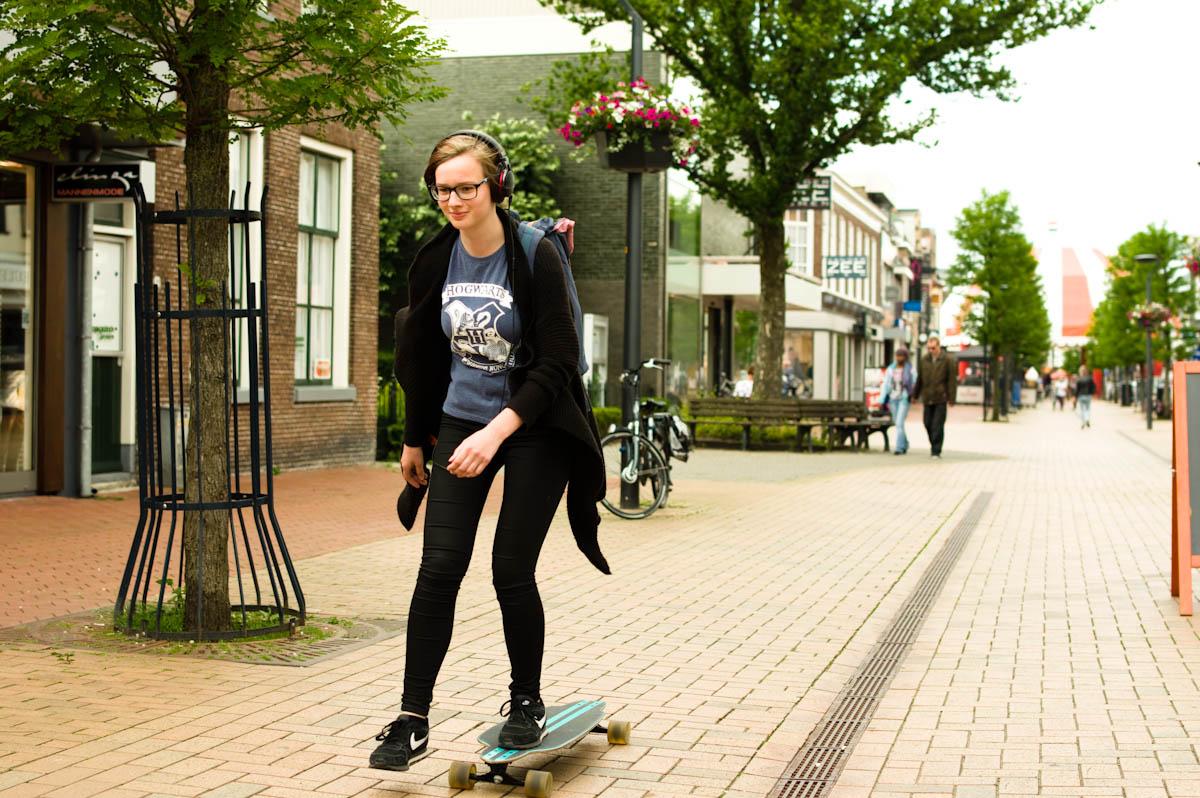skateboardend meisje op de straten van drachten