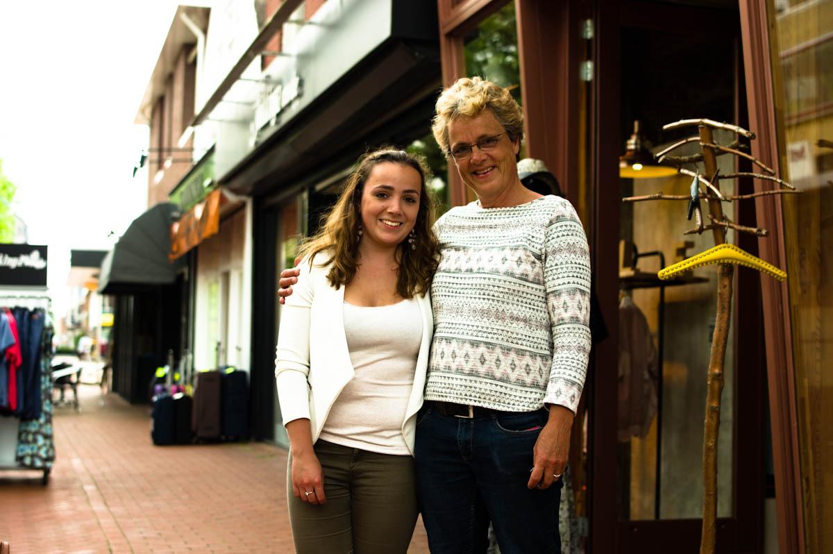 moeder en dochter samen aan het winkelen